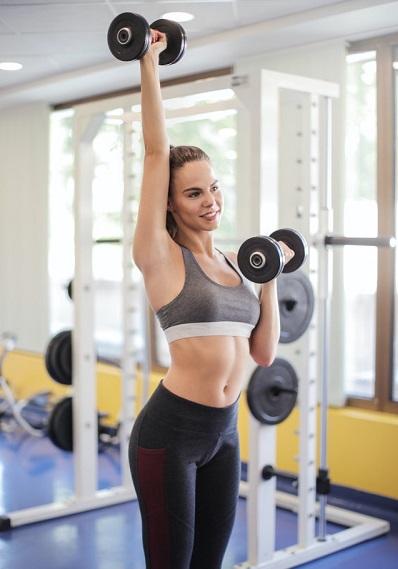 mujer atletica haciendo deporte