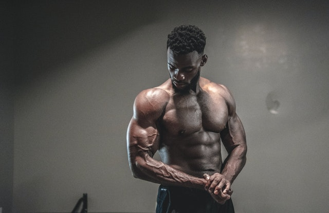 hombre fitness en etapa de definicion